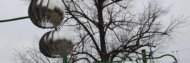 Rönningen torg utsmyckas av stiliserade fruktlampor i borstat stål.